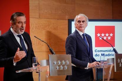 Madrid regional ministers Enrique López (l) and Enrique Ruiz Escudero during Friday's press conference.