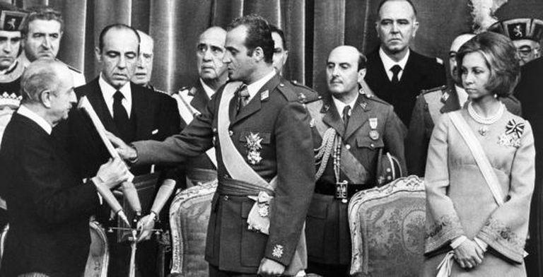 Don Juan Carlos swears to defend the Constitution before Congress speaker Alejandro Rodríguez de Valcárcel on November 22, 1975.