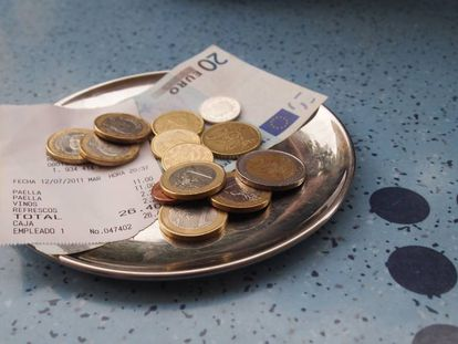 A recent study analyzed tipping habits in Spain.