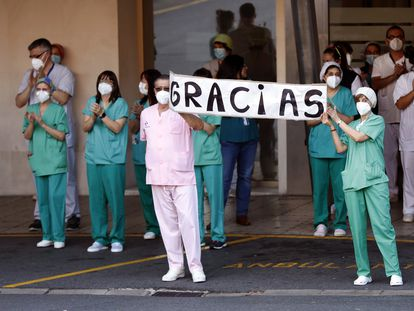 Healthcare personnel at Cruces Hospital in Barakaldo thanking local residents for their daily applause.