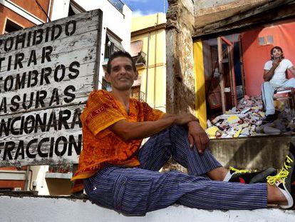 Víctor González poses under the blown-up photograph of him by Luis Montolío.