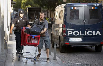 Pablo Padilla, a deputy for Podemos in the Madrid regional government, moves items from Patio Maravillas during its latest eviction.