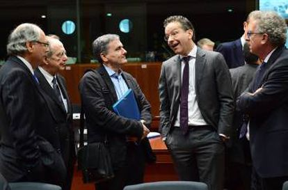 Eurogroup President Jeroen Dijsselbloem (wearing glasses) with the finance ministers of Malta, Italy, Greece and Luxembourg.