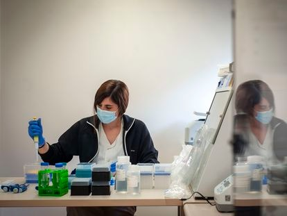 A microbiologist working in a sequencing laboratory at Vall d'Hebron in Barcelona.