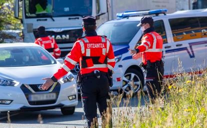 Officers from the Basque regional police force at a checkpoint on the border of Navarre.