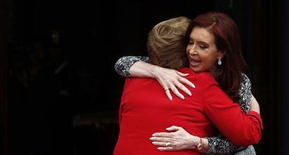 Cristina Fernández welcomes Michelle Bachelet.
