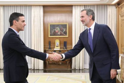 Pedro Sánchez (l) greets Spain's King Felipe VI on Wednesday.