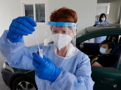 A nurse carries out a PCR test at a hospital in Asturias.