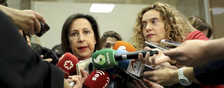 Socialist spokespersons Margarita Robles (l) and Meritxell Batet request clarification on Russian interference.