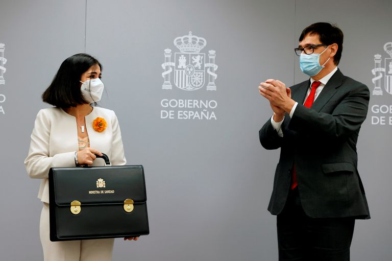 Spain's new Health Minister Carolina Darias is applauded by outgoing minister Salvador Illa on Tuesday.