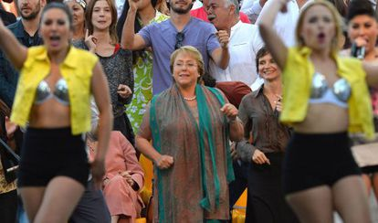 Michelle Bachelet (c) during the closing of her campaign.