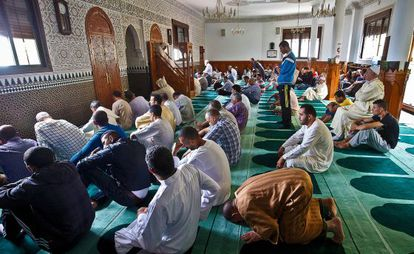Friday prayers in the Azahar mosque, one of 14 in el Príncipe.