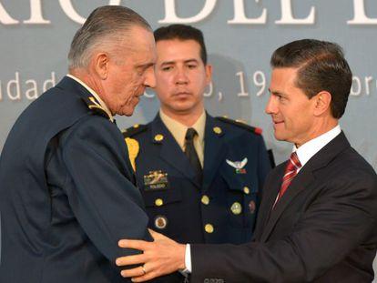 Mexico's Defense Secretary Salvador Cienfuegos greets President Enrique Peña Nieto.