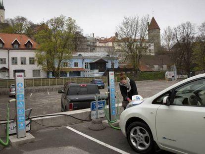Una usuaria del coche eléctrico en Tallin.