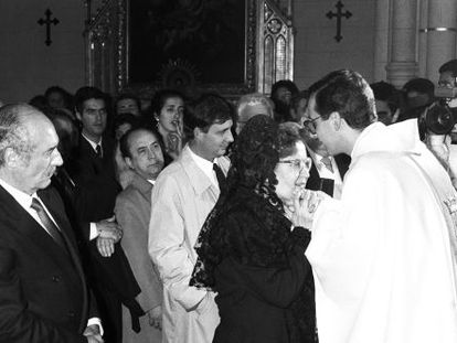 Antonio Tejero (l) and his wife congratulate their son Ramón, after he was ordained as a priest in 1989.