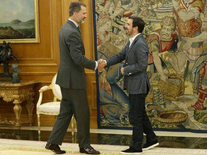 King Felipe VI (l) met with IU leader Alberto Garzón on Monday.