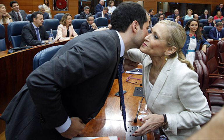 Cristina Cifuentes greets Ciudadanos regional leader Ignacio Aguado at the Madrid regional assembly.