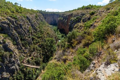 The Pantaneros trail (above) is little more than five kilometers and takes you through the gorges of the Turia River. This was the trail used by workers walking from Chulilla in the Valencia region to the Loriguilla reservoir, which they built in the 1950s. The trail winds along the tops of cliffs 80 meters high and crosses the gorges by two hanging bridges. It also takes in riverside forests and Mediterranean scrub and two of the regions main landmarks – Los Calderones and el Charco Azul. Possibly not the best trail for small children or those suffering from vertigo. More information: chulilla.es