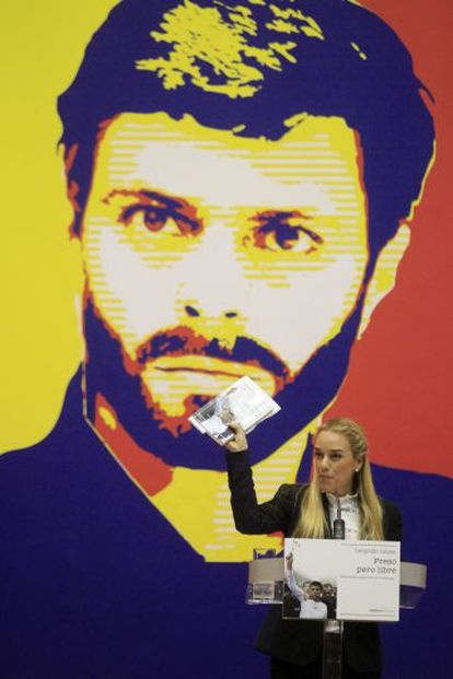 Lilian Tintori, in Madrid in front of a photo of her husband, Leopoldo López.