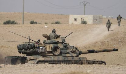Turkish troops and tanks close to the Syrian city of Manbij this Tuesday.