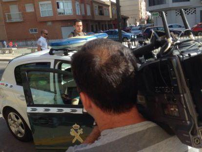 El detenido por apología para la comisión de asesinato, a su llegada al juzgado en un vehículo de la Guardia Civil.