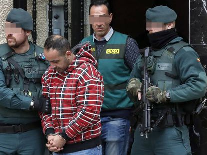The Civil Guard with one of the men arrested for the murder of Javier Ardines.