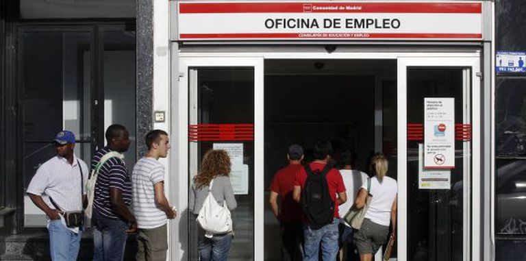 A line outside an employment office in Madrid.
