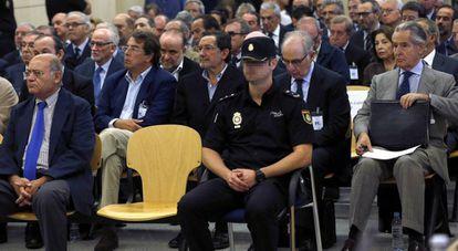 Rodrigo Rato (second row, second from right) inside the Audiencia Nacional.