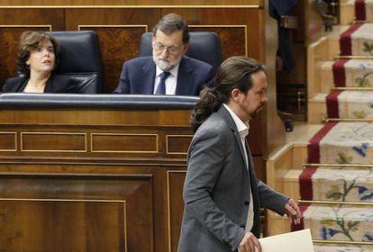 Podemos leader Pablo Iglesias passes PM Mariano Rajoy and his deputy Sáenz de Santamaría in Congress.