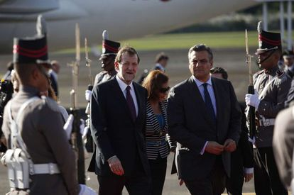 Mariano Rajoy (C) and Spanish Ambassador in Panama Jesus Silva Fernández arrive at the summit.