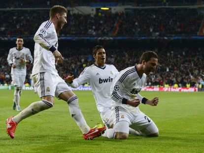 Real Madrid's Argentinean forward Gonzalo Higuaín (r) celebrates his goal against Galatasaray.