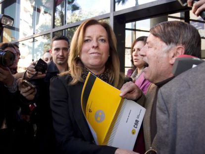 Ex-CAM director María Dolores Amorós is hounded by the public on Friday.