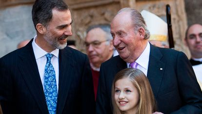 King Felipe VI of Spain (l) stands with his father Juan Carlos I and one of his daughters Princess Leonor in December.