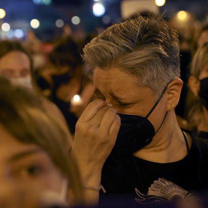 MADRID, 11/06/2021.- Decenas de personas se concentran hoy viernes en la madrileña Puerta del Sol para condenar los últimos casos de violencia machista. EFE/Juanjo Martín