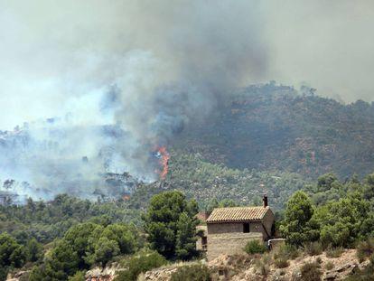 Flames near a house in Torre de l'Espanyol.
