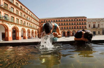 Youths trying to keep cool in Córdoba on Friday.
