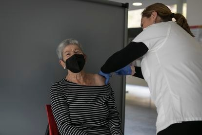 Antonia García gets her vaccine.
