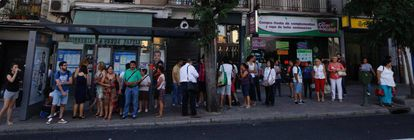 Passengers wait in line for one of the replacement buses on the Avenida de la Albufera, in Vallecas.
