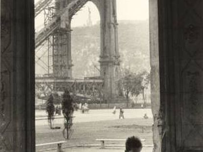 Jean Marquis' shot of the ruins of Elisabeth Bridge in Budapest (1954).