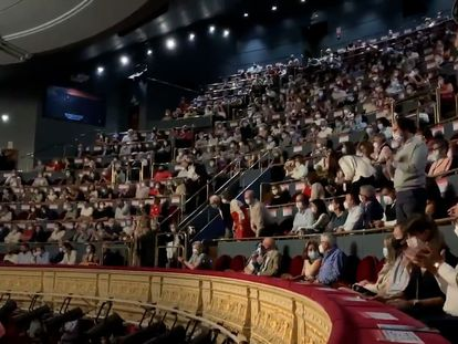 Video: Audience members protest the lack of social distancing measures at the Teatro Real (Spanish captions).
