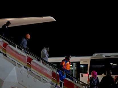 Video: The first refugees arrive at Madrid airport.