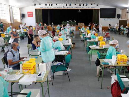 Health workers perform PCR tests on teaching staff in Madrid.