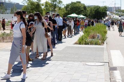 Los ciudadanos hacen cola frente al Hospital Suave Enformera Isabel de Madrid para recibir sus vacunas.