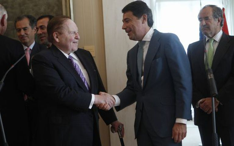 Sheldon Adelson and Madrid regional leader Ignacio González in Madrid on Tuesday.