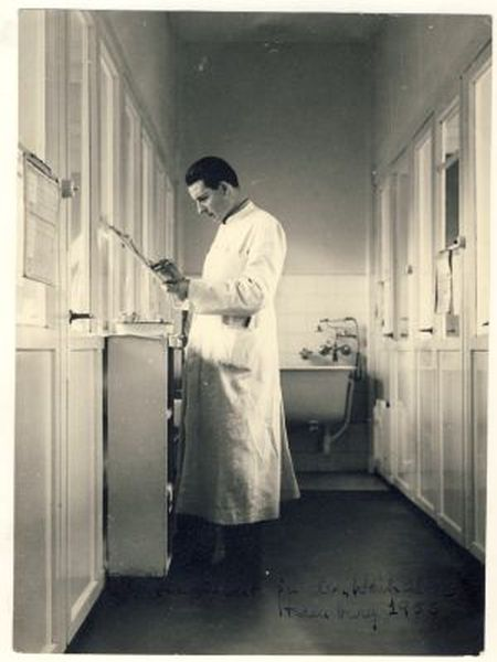 Claus Knapp in his Hamburg laboratory in the 1950s.