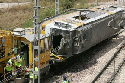 The Valencia metro train that was involved in the accident is removed by engineers.
