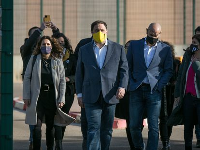 ERC leader Oriol Junqueras (with yellow face mask) walking out of prison on January 29 after being granted a more flexible regime.