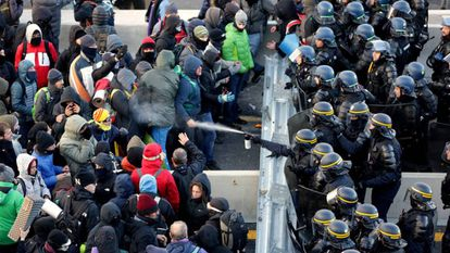 French officers remove protesters from the border area between Le Perthus and La Jonquera (Spanish captions).