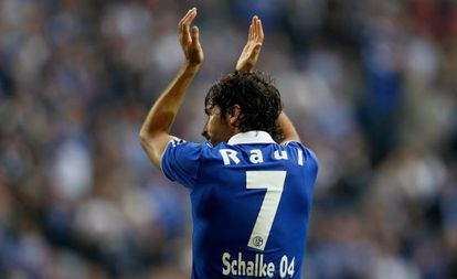 Spanish striker Raúl says he will leave German side Schalke 04 at the end of this season.