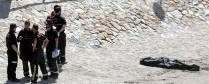 A group of firefighters next to Diego Pérez's body at Cala Cortina.